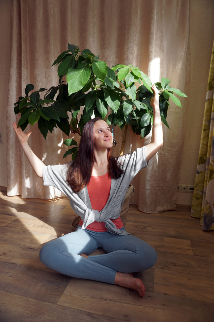Оля, медитирующая под деревом авокадо