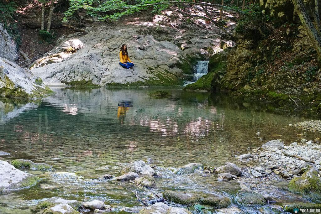 Практика созерцания на горной реке